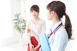 病気の治療をする女性の写真素材 [FYI04722362]