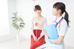 病気の治療をする女性の写真素材 [FYI04722363]