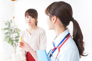 病気の治療をする女性の写真素材 [FYI04722367]