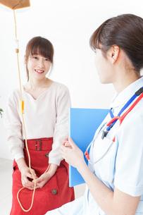 病院で診察を受ける患者とナースの写真素材 [FYI04722374]
