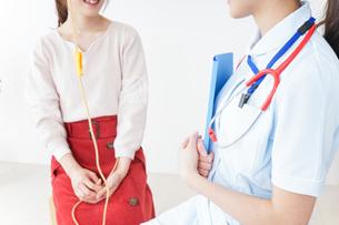 病院で診察を受ける患者とナースの写真素材 [FYI04722377]