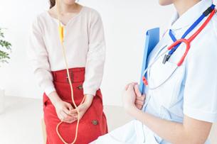 病院で診察を受ける患者とナースの写真素材 [FYI04722382]