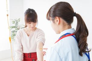 病気の治療をする女性の写真素材 [FYI04722385]