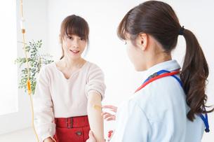 病気の治療をする女性の写真素材 [FYI04722389]
