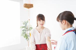 病気の治療をする女性の写真素材 [FYI04722393]