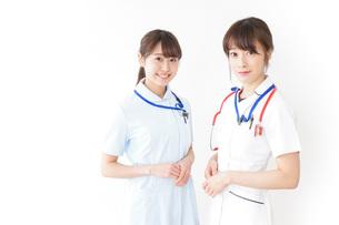 二人の若手看護師の写真素材 [FYI04722438]