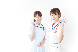 OKサインをする女性看護師の写真素材 [FYI04722440]