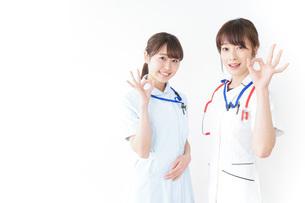 OKサインをする女性看護師の写真素材 [FYI04722441]