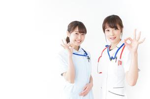 OKサインをする女性看護師の写真素材 [FYI04722449]