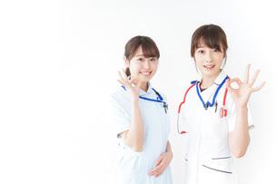 OKサインをする女性看護師の写真素材 [FYI04722450]