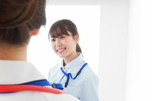 病院で働く若い看護師の写真素材 [FYI04722476]