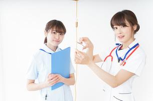 病院で働く若い看護師の写真素材 [FYI04722483]