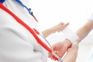 ケガの治療をする医師の写真素材 [FYI04722523]