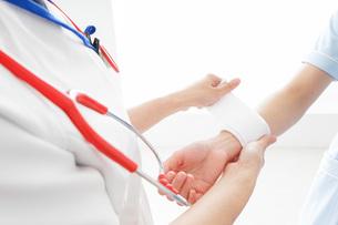 ケガの治療をする医師の写真素材 [FYI04722526]