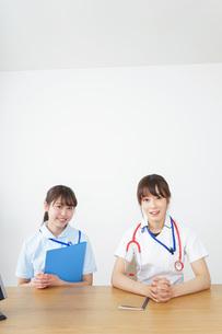 打ち合わせをする看護師の写真素材 [FYI04722585]