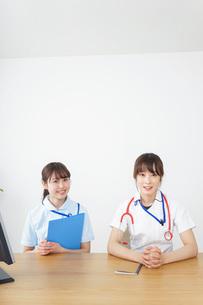 打ち合わせをする看護師の写真素材 [FYI04722586]
