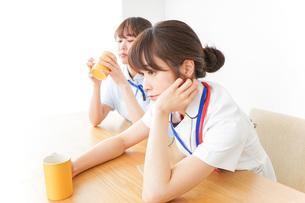 休憩をする看護師の写真素材 [FYI04722590]