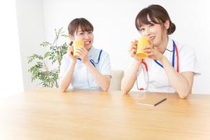 休憩をする看護師の写真素材 [FYI04722607]