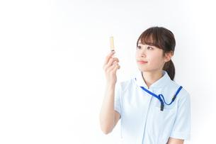 注射器を持つ看護師の写真素材 [FYI04722626]
