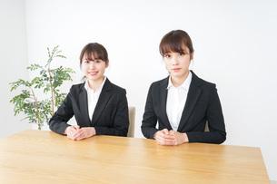 二人の若手ビジネスウーマンの写真素材 [FYI04722639]