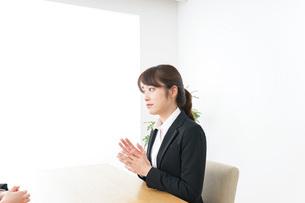 面接を受けるスーツ姿の女性の写真素材 [FYI04722654]