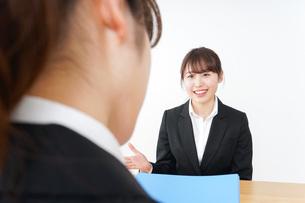 面接を受けるスーツ姿の女性の写真素材 [FYI04722656]