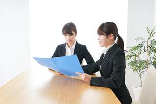 ビジネスミーティングをするビジネスウーマンの写真素材 [FYI04722682]