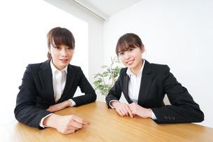 ビジネスミーティングをするビジネスウーマンの写真素材 [FYI04722690]