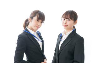 オフィスで打ち合わせをする女性の写真素材 [FYI04722718]