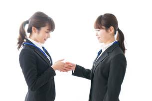 握手をするビジネスパーソンの写真素材 [FYI04722723]