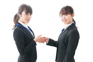 握手をするビジネスパーソンの写真素材 [FYI04722724]