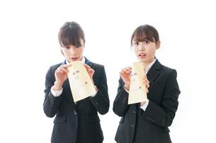 若いビジネスウーマンと給料の写真素材 [FYI04722769]