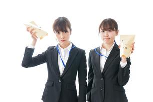 若いビジネスウーマンと給料の写真素材 [FYI04722772]