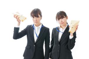 若いビジネスウーマンと給料の写真素材 [FYI04722773]