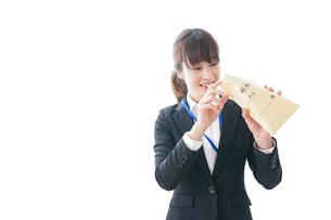 給料に喜ぶ若いビジネスウーマンの写真素材 [FYI04722775]