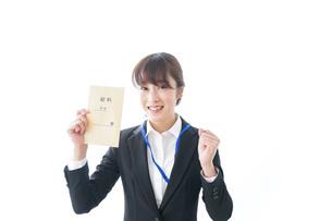 給料に喜ぶ若いビジネスウーマンの写真素材 [FYI04722776]
