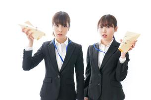 若いビジネスウーマンと給料の写真素材 [FYI04722777]