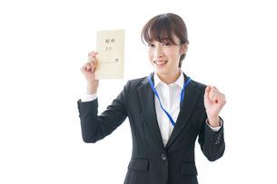 給料に喜ぶ若いビジネスウーマンの写真素材 [FYI04722778]
