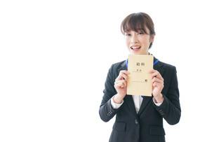 給料に喜ぶ若いビジネスウーマンの写真素材 [FYI04722779]