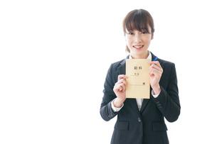 給料に喜ぶ若いビジネスウーマンの写真素材 [FYI04722780]