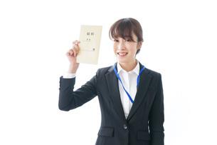 給料に喜ぶ若いビジネスウーマンの写真素材 [FYI04722781]