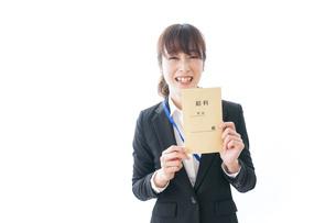 給料に喜ぶ若いビジネスウーマンの写真素材 [FYI04722782]