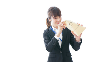 給料に喜ぶ若いビジネスウーマンの写真素材 [FYI04722784]