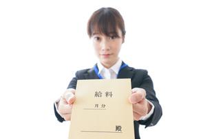 給料に喜ぶ若いビジネスウーマンの写真素材 [FYI04722788]
