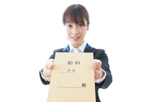 給料に喜ぶ若いビジネスウーマンの写真素材 [FYI04722791]