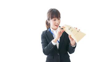 給料に喜ぶ若いビジネスウーマンの写真素材 [FYI04722795]