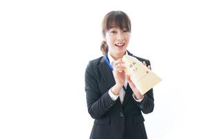 給料に喜ぶ若いビジネスウーマンの写真素材 [FYI04722796]