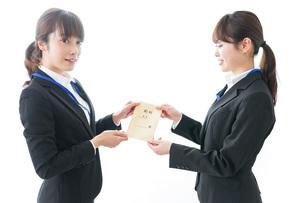 若いビジネスウーマンと給料の写真素材 [FYI04722802]