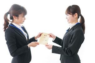 若いビジネスウーマンと給料の写真素材 [FYI04722804]