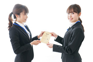 若いビジネスウーマンと給料の写真素材 [FYI04722805]
